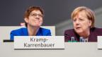 Annegret Kramp-Karrenbauer, Bundesvorsitzende der CDU und Verteidigungsministerin, spricht mit Bundeskanzlerin Angela Merkel.