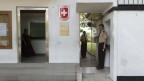 Ein Sicherheitsbeamter steht am Eingang der Schweizer Botschaft in der srilankesischen Hauptstadt Colombo.