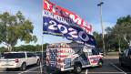 Ein «Trump-Train» vor dem Stadion in Sunrise, Florida.