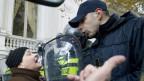 Ein Polizist streitet mit einer Frau an den Eingängen des georgischen Parlamentsgebäudes in Tiflis, Georgien, Dienstag, 26. November 2019.