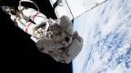 Ein Astronaut von der ESA (Europäische Weltraumorganisation) schwebt 250 Meilen über der Erdoberfläche.