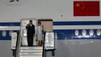 Der chinesische Präsident Xi Jinping und seine Frau steigen in Athen aus dem Flugzeug