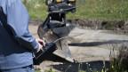 Lonza-Mitarbeiter messen auf einem quecksilberbelasteten Grundstück in der Nähe des Sportplatzes Mühleye im Wallis.  Archivbild.