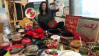 In ihrem Atelier baut die Künstlerin Hayat Nazer einen Weihnachtsbaum aus alten Pfannen.