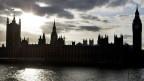 Die Silhouette des britischen Parlaments in London.