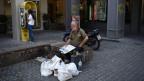 Ein Obdachloser ruht sich in Athen aus.