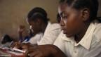 Mädchen an einer Schule in Tansania. Wer schwanger wird, fliegt von der Schule, so bestimmt es das Bildungsgesetz in Tansania.