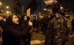 Demonstrantin spricht im Polizist vor der Uni in Teheran