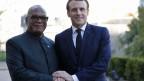 Der französische Präsident Emmanuel Macron begrüsst Malis Präsidenten Ibrahim Boubacar Keita zu einem Gipfeltreffen zur Lage in der Sahelzone.