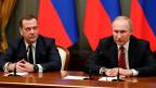 Der russische Präsident Wladimir Putin (rechts) und Ministerpräsident Dmitri Medwedew in Moskau, Russland, am 15. Januar 2020.