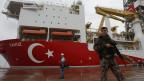 Ein türkischer Polizist beschützt ein türkisches Ölbohrschiff.