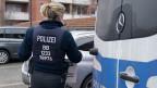 Eine Polizistin trägt beschlagnahmtes Beweismaterial bei einer Razzia im Zusammenhang mit der Neonazi-Gruppe Combat 18 am 23. Januar 2020.