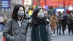 Zwei asiatische Frauen mit Gesichtsmasken