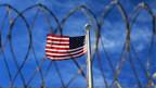 Die US-Flagge weht über dem Camp VI auf Guantanamo Bay.