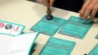 Eine Wahlkarte wird bei den Regionalwahlen in der Region Emilia-Romagna in Bologna gestempelt