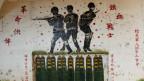 Ein Graffiti in einer ehemaligen Waffenfabrik macht auf chinesische Waffen aufmerksam.