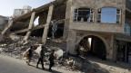 Einheimische Jungen passieren zerstörtes Gebäude in Sanaa, Jemen, am 16. Januar 2020.