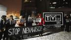 Demonstranten und Demonstrantinnen fordern in Warschau den Rücktritt des TVP-Vorsitzenden Jacek Kurski.