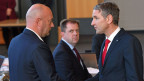 Björn Höcke, (rechts) Fraktionsvorsitzender der AfD, gratuliert Thomas Kemmerich (FDP), dem neuen Thüringer Ministerpräsidenten.