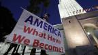 Protest gegen den Freispruch des US-Präsidenten Donald Trump vor dem Rathaus in Los Angeles, Kalifornien.