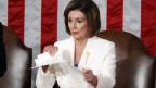 Nancy Pelosi, Vorsitzende des Repräsentantenhauses, zerreisst das Redemanuskript von US-Präsident Donald Trump.