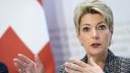 Bundesrätin Karin Keller-Sutter sieht den Wohlstand der Schweiz in Gefahr.