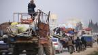 Syrische Flüchtlinge verlassen die Stadt Hazano in Richtung Idlib.