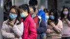 Menschen in Guangzhou, China, stehen Schlange, um  Schutzmasken zu kaufen.