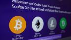 Die Wechselkurse und Logos von Kryptowährungen auf einem Display.