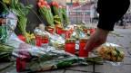 Blumen und Kerzen vor der Shisha Bar in Hanau, wo der Mann um sich schoss.