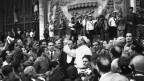 Papst Pius XII besichtigt nach einer Bombardierung Roms durch die Alliierten im Zweiten Weltkrieg den Schaden.