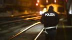 Ein Polizeibeamter patrouilliert am Bahnhof auf der italienischen Seite des Brennerpasses.