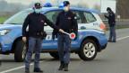 Italienische Polizeibeamte am Eingang der Stadt Casalpusterlengo südöstlich von Mailand.