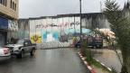Eine rund acht Meter hohe Stahlbeton-Mauer trennt Abu Dis von Jerusalem.