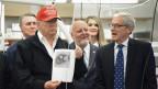 Präsident Trump zeigt das Bild eines Corona-Virus.