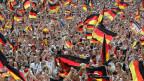 Deutsche Fans feiern während der Fußball-WM auf den Strassen Berlins.