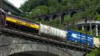 Eine Hupac Zugskomposition fährt durch die Kehren in der Biaschina am Gotthard.