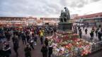 In Hanau gedenken die Menschen an einer Trauerfeier den Opfern des rassistischen Anschlages.