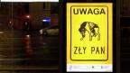 In den Strassen Warschaus: «Achtung, böses Herrchen!» steht auf dem Plakat. Es ist Teil einer Kampagne für Tierrechte und derzeit überall zu sehen in den polnischen Grossstädten.