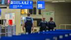 Polizisten am Flughafen Frankfurt - nach dem sofortigen Einreiseverbot für Nicht-EU-Bürger.