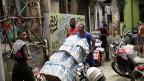 Männer bringen Wasser und Soda in den Slum Rocinha in Rio de Janeiro, Brasilien.