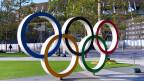 Die olympischen Ringe vor dem Olympiastadion in Tokio.