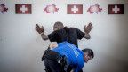 Ein Grenzbeamter kontrolliert einen Migranten. Archivbild.