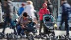 Menschen füttern Tauben in Minsk- trotz wachsender Besorgnis über die Ausbreitung des Coronavirus