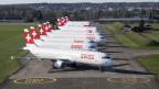 Parkierte Flugzeuge der Swiss auf dem Flughafen Zürich.