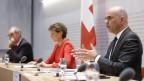 Bundesrat Alain Berset spricht neben Bundespräsidentin Simonetta Sommaruga und Bundesrat Guy Parmelin während einer Medienkonferenz des Bundesrates über die Situation des Coronavirus, am, 16. April 2020 in Bern.