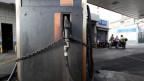 Geschlossene Tankstelle in Caracas, Venezuela.