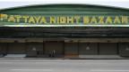 In Pattaya sassen vor Corona-Zeiten noch Freier und Prostituierte. Nun sind die Bars geschlossen.