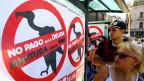 Buenos Aires: Fussgänger gehen an Plakaten vorbei, auf denen «Nein zur Bezahlung der Schulden» und «Bruch mit dem IWF».