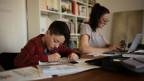 Der Fünftklässler Oscar arbeitet für die Schule, während seine Mutter Nicole, Journalistin, Homeoffice macht.
